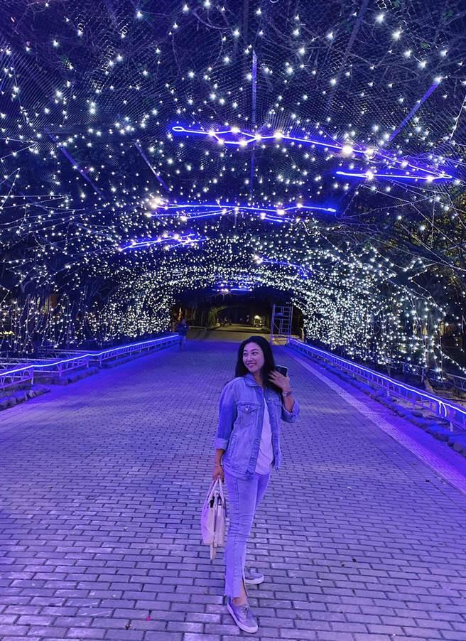 屏東聖誕節試燈期間,已有不少網美趁機搶拍,感受追極光的浪漫氛圍。(林和生攝)