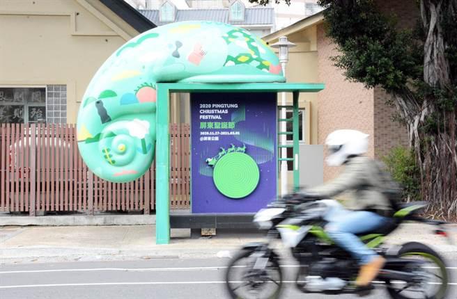 屏東聖誕節以立體廣告搭配公車亭進行宣傳,讓聖誕老公公陪著民眾一起等公車。(林和生攝)