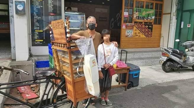 林爸爸與女兒一起賣碗粿。(翻攝陳媽媽碗粿臉書)