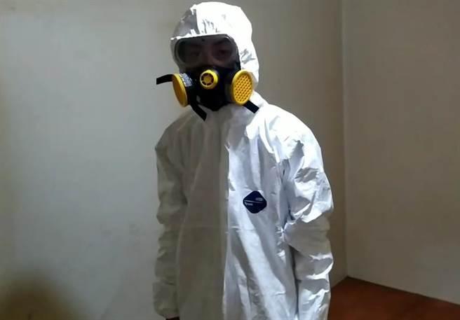 凶宅打掃前,必需全副武裝、頭戴防毒面具。(照片/于璥菖 提供)