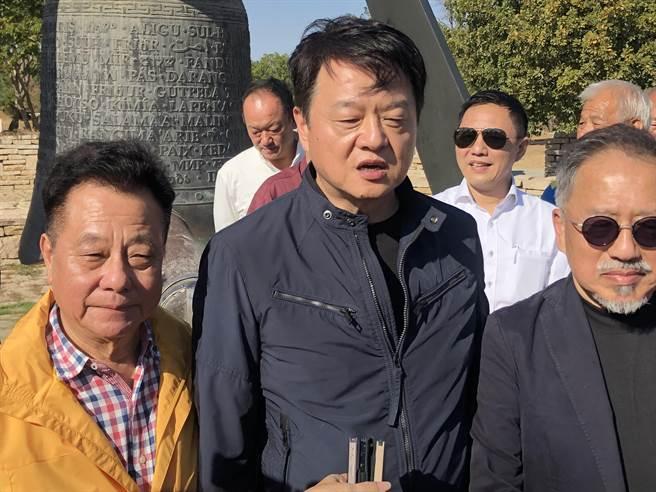 針對目前兩岸關係緊張,周錫瑋(中)表示是少數人操縱出來。(李金生攝)