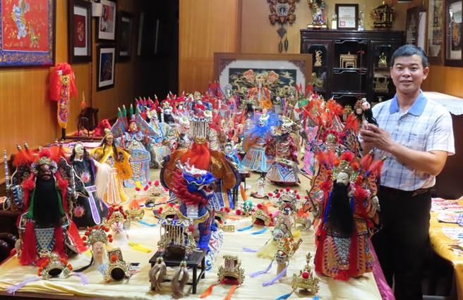 黃晉瑩收集200多個精緻華麗偶頭,還有戲服、冠帽琳瑯滿目,廟會時以宴桌擺設,讓人讚嘆,更常在臉書結合時事「演出。(吳敏菁攝)」