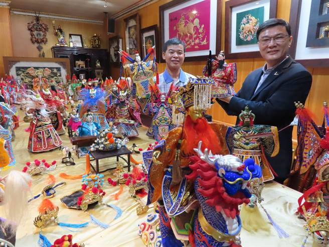 鹿港鎮長許志宏和黃晉瑩都熱愛戲偶,當場來一段即興演出。(吳敏菁攝)
