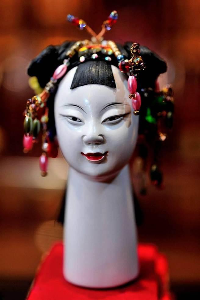 黃晉瑩最珍愛一尊女子頭,不過兵乓球大小偶頭,單是梳頭費就6000元。(吳敏菁攝)