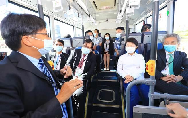 市長盧秀燕試乘時,聽取自駕巴士的簡報,滿意的笑容綻放在臉上。(陳世宗攝)
