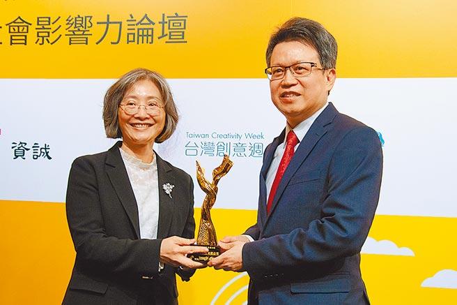 中華電信CSR影片榮獲「資誠CSR影響力」銀、銅雙料大獎,由執行副總經理洪維國代表領獎。圖/中華電信提供