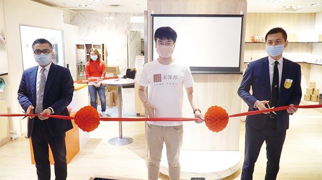 米客邦總經理謝政宇(中)表示,消費者可先於實體門市體驗小米新品,再到合作的跨境電商平台下單。圖/米客邦提供