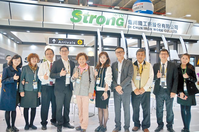 億川董事長黃愛市(左五)、副董事長薛如純(右五)與總經理薛勝赫(右四)帶領經營團隊參加台北工具機展奪得佳績。圖/業者提供