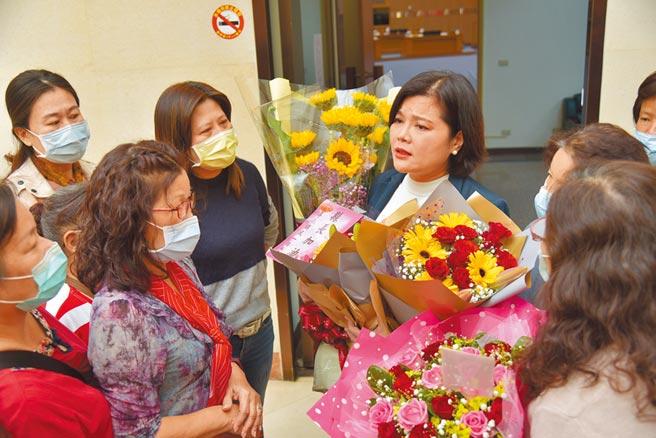 雲林縣長張麗善(右一)10日哽咽宣布撤換環保局長,一群婦女11日到縣議會送花給她加油打氣。(周麗蘭攝)