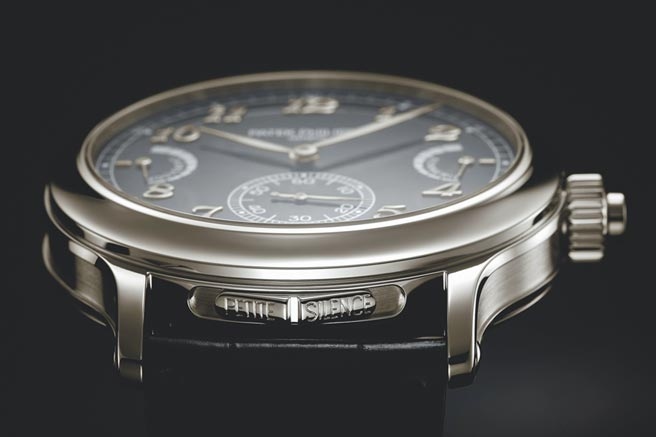 百达翡丽6301P-001腕表只要操作单一杠杆和一枚滑动杆开关,就可轻松选择小自鸣、大自鸣与静音3种模式,是独家专利。(Patek Philippe提供)