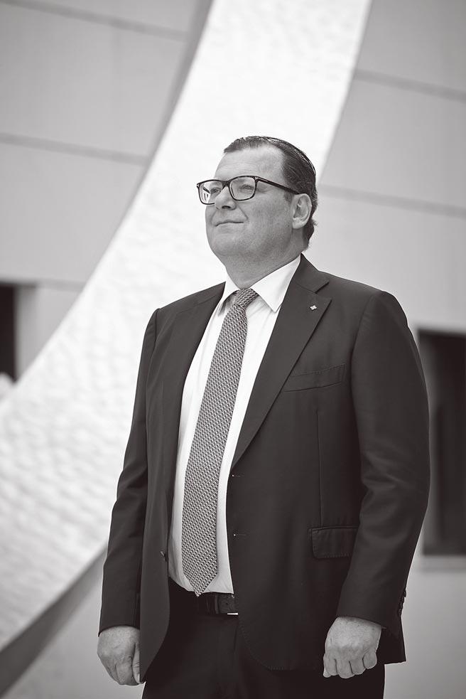 百达翡丽总裁Thierry Stern亲自主持6301P-001腕表发布会,整只表从功能研发到外观设计,都在他的严格把关审查之下才得以完成。(Patek Philippe提供)