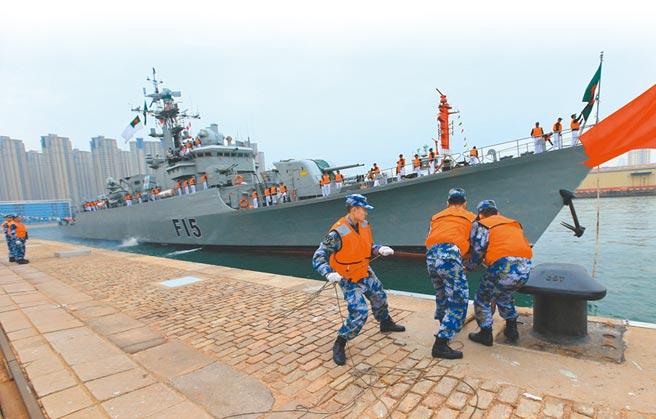 孟加拉海軍舷號F15的「阿布‧巴卡爾」號,是從大陸購買的053型護衛艦。(新華社資料照片)
