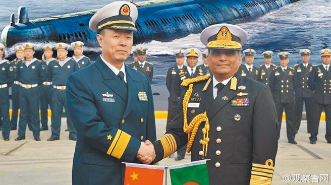2014年,孟加拉海軍參謀長尼扎姆丁·艾哈邁德上將(Nizamuddin Ahmed,圖右)率團至大連市參加035G型柴電潛艦的交付儀式。(取自微博@觀察者網)