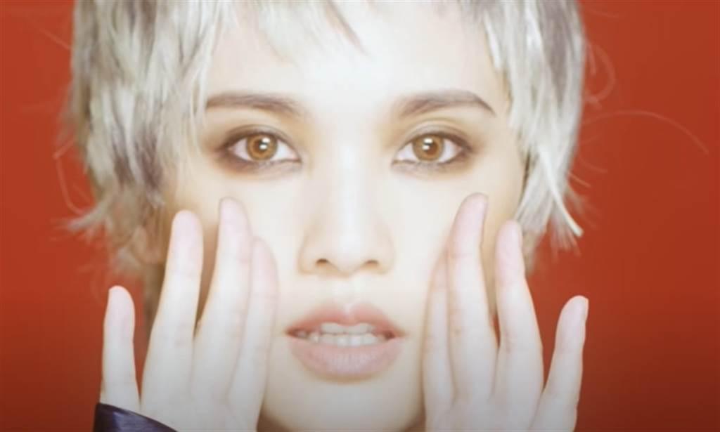 杨丞琳在《炼爱》中的造型。(图/翻摄自《炼爱》MV)