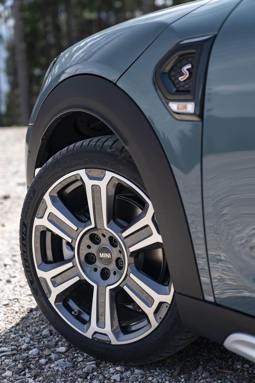 全新選用配備19吋Turnstile Spoke雙色輪圈。