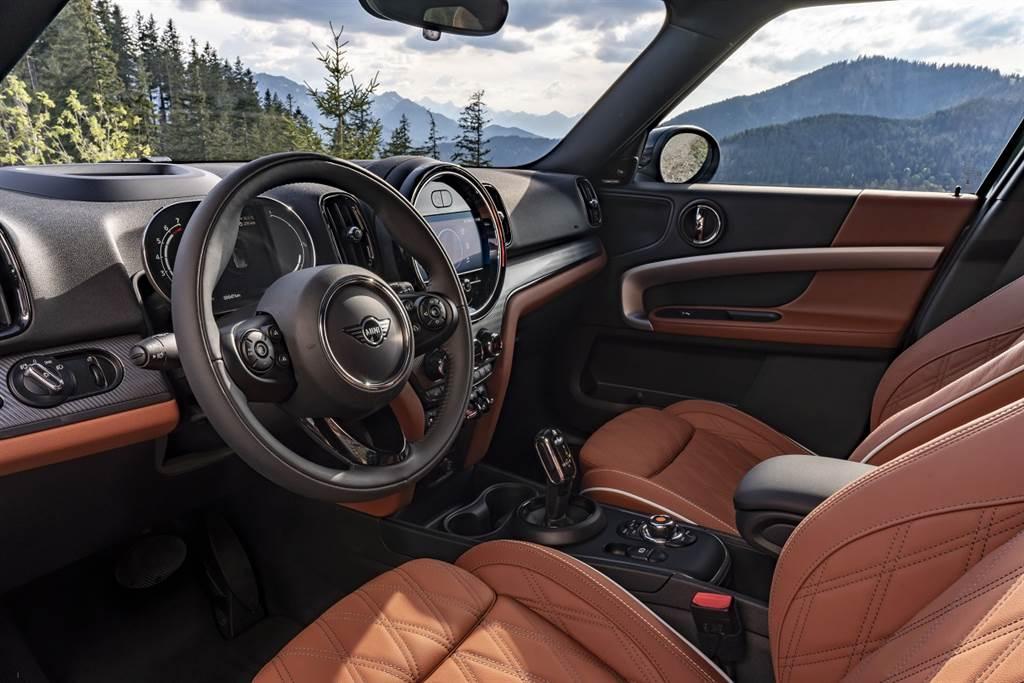 座艙以細膩講究的英倫工藝與出色用料品質打造.jpg