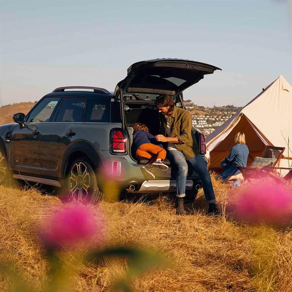 MINI野餐坐墊可隨時隨地於後車廂提供乾淨舒適的兩人休憩坐墊,盡享自然美景與野餐樂趣。