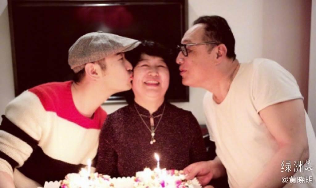 黄晓明想像中的生日有爸妈陪伴。(图/翻摄自黄晓明微博)