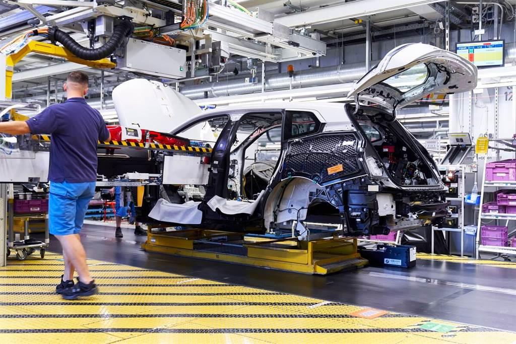 CFRP碳纖維材料特別位在車身側面、後部和車頂區域來增強整體剛性並達輕量化效果,而側框架、雨水通道、車頂框架、前葉子板和後窗框架的CFRP組件則共同組成了Carbon Cage碳纖維籠型結構。其中,前葉子板和後窗框架組件特別使用全新製法:連續纖維增強熱塑性塑料(CFRTP),此創新的材料混製方式構成了超薄外形的基礎,從而增加了座艙的寬敞感。