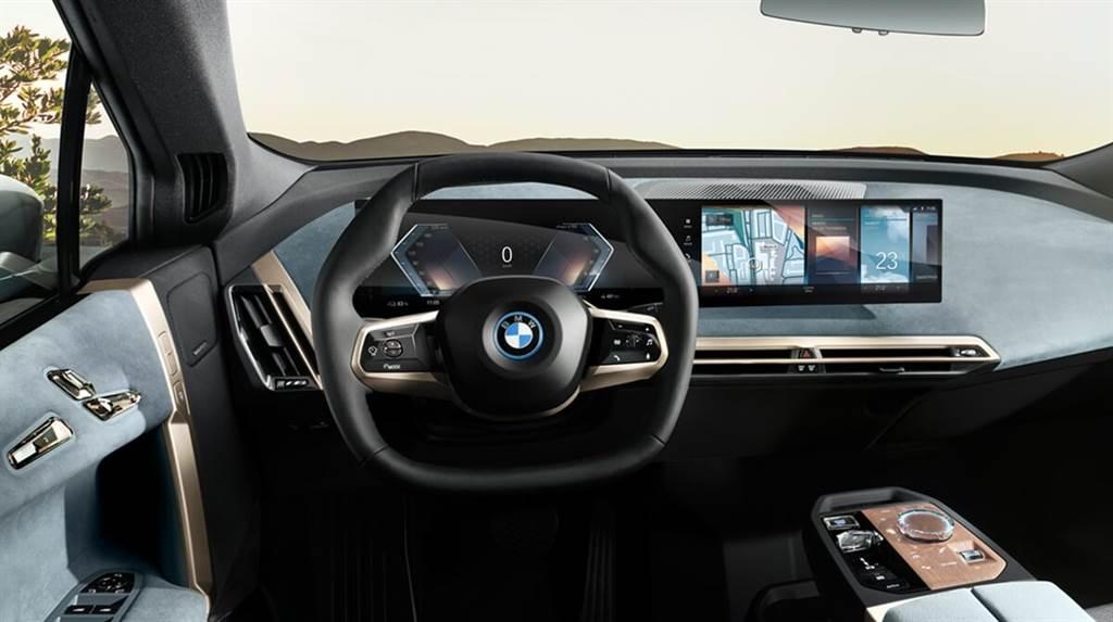 12.3吋+14.9吋的曲面顯示螢幕首次亮相於BMW量產車,其支撐結構固定在乘員視線不可見的位置,因此以駕駛角度看起來就像是漂浮在中控檯上。另外,它還具有鎂製外殼和無框單片玻璃表面。
