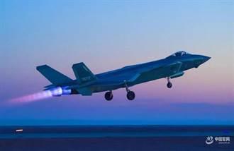 陸殲20首次對接運20空中加油照曝光 航程號稱可達關島