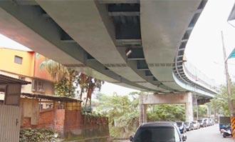 基隆西定高架橋 鋼片掉落砸凹車頂