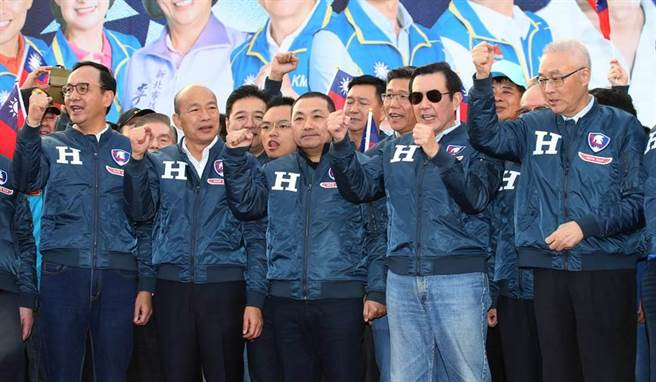 去年,代表國民黨出戰2020的韓國瑜(左二),出席新北競選總部成立大會,時任黨主席的吳敦義(右)、前總統馬英九(右二)、新北市長侯友宜(中)、前新北市長朱立倫(左)同台加油。(資料照/陳君瑋攝)