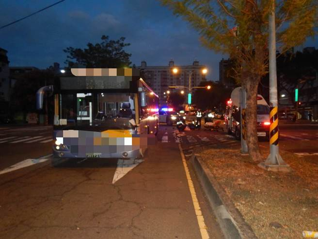 台中市西屯區13日清晨5時36分,在天助街與中工二路發生機車與公車碰撞交通事故。(民眾提供/盧金足台中傳真)