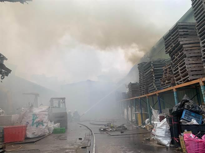 新北市中和區員山路某資源回收場今(13日)上午11時許傳出火警,火勢由屋內往外延燒。(翻攝照片)