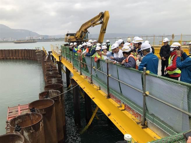 淡江大橋完工後將成為全球最大跨距單塔不對稱斜張橋,預計將在2024年完工,新北市長侯友宜今天前往視察工程進度。(李俊淇攝)