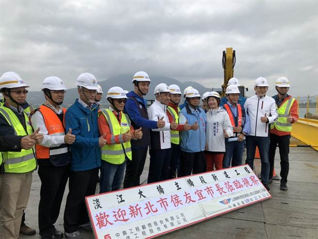 新北市長侯友宜今天視察淡江大橋的進度,現場也提醒相關單位注意施工安全。(李俊淇攝)