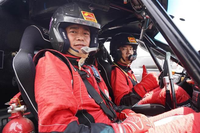 任賢齊為拍攝MV親自駕駛賽車。(寰亞音樂提供)