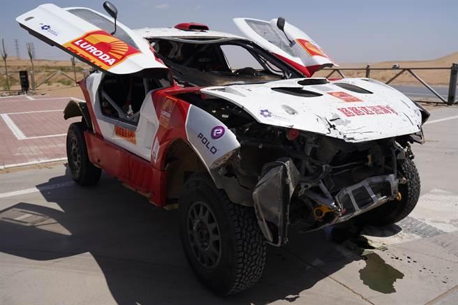 為拍攝MV車子損耗嚴重。(寰亞音樂提供)