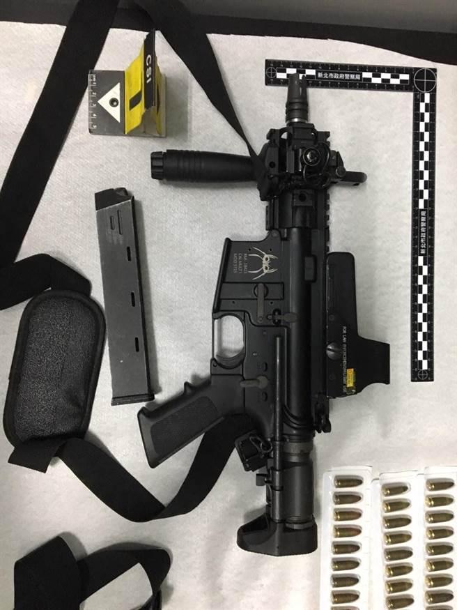 另查扣改造槍械6枝、十字弓1把、子彈79顆、1萬5042.63公克毒品。(新北市刑大提供)