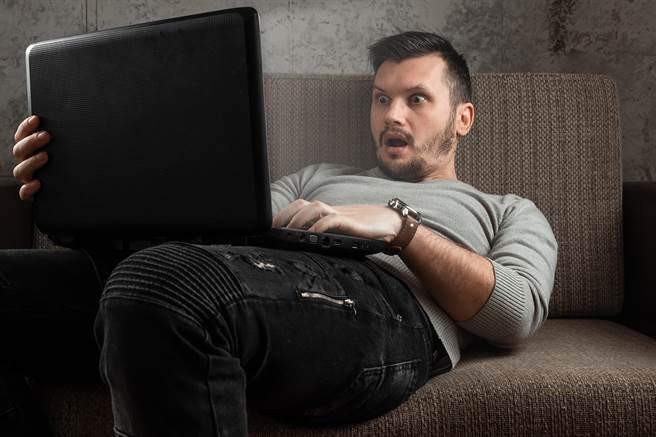 因為公公習慣在客廳看A片,聲音太大讓女網友崩潰。(示意圖/達志影像/Shutterstock提供)