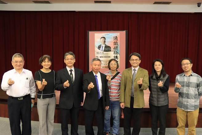 前衛生署長楊志良(左四)日前應邀赴金門大學專題演講,有回「娘家」的感覺。(金大提供)
