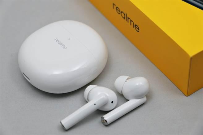 realme Buds Air Pro正面與耳機。(黃慧雯攝)