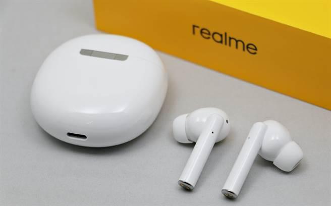realme Buds Air Pro背面與耳機,採用USB-C連接埠。(黃慧雯攝)