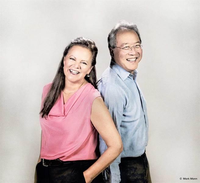大提琴家馬友友(右)與老搭檔鋼琴家凱瑟琳.史托特(左)來台演出4場音樂會,其中高雄衛武營場開費付費直播,可線上收看。(牛耳藝術提供)