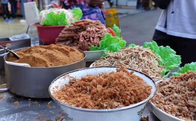 阿伯仔潤餅有菜脯、豆干、紅燒肉、蛋酥等9種餡料。(照片/游定剛 拍攝)