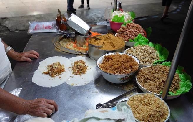 吳老闆每天準備新鮮內餡料高麗菜和豆芽菜等。(照片/游定剛 拍攝)