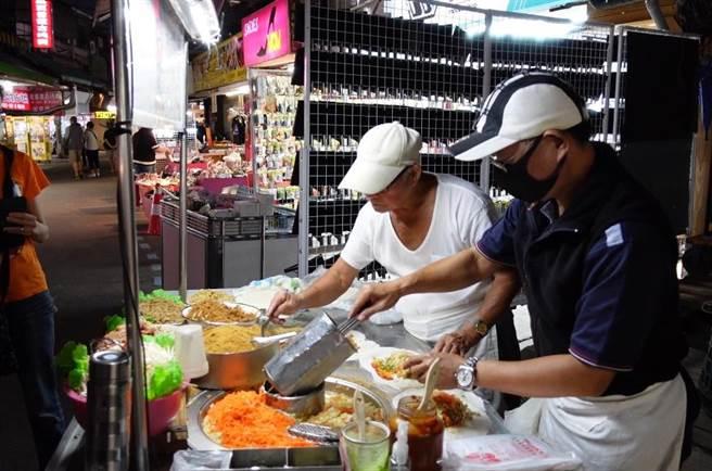 現年86歲吳老闆經營潤餅攤47年,目前則由兒子來接手。(照片/游定剛 拍攝)
