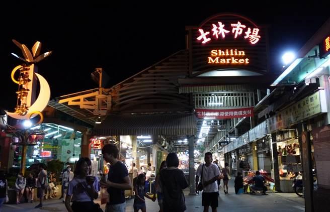 士林夜市為北市最大規模夜市,受疫情影響人潮銳減,國內消費者也少得可憐。(圖/記者游定剛攝影)