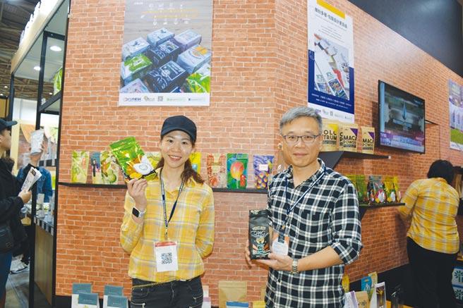 「品牌包裝職人-好in網」由台灣積層營業一部經理劉志澄(右)、台灣積層電商行銷課課長江幸橋(左)解說最新咖啡包裝趨勢。圖/李水蓮