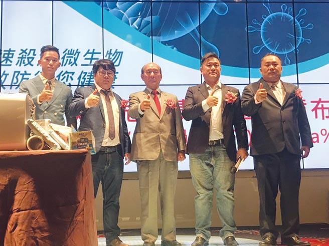 寶格曼集團董事長吳旻翰(右起)、infinity global執行長鄭敦揚、亞洲精準醫療協會理事長吳光雄醫師等共同發表新款居安KV99熔噴布。圖/業者提供
