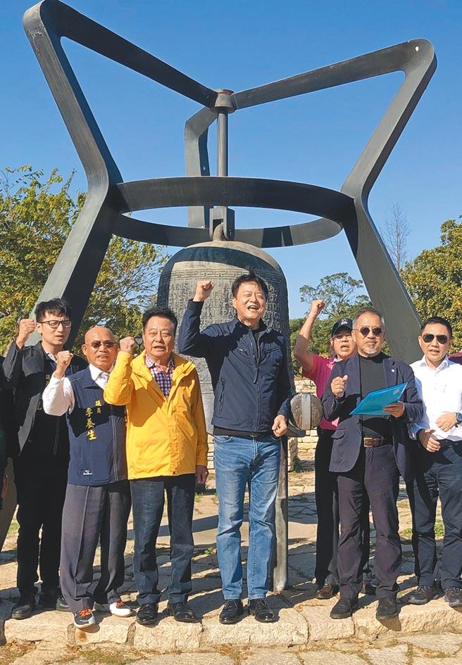 前台北縣長周錫瑋(中)12日在金門敲響和平鐘,發表「我們要和平」宣言。(李金生攝)