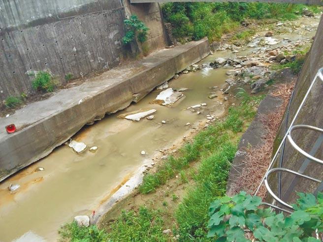 新北市環保局聯手桃園市,破獲塔寮坑溪汙染案。(新北市環保局提供/葉德正新北傳真)