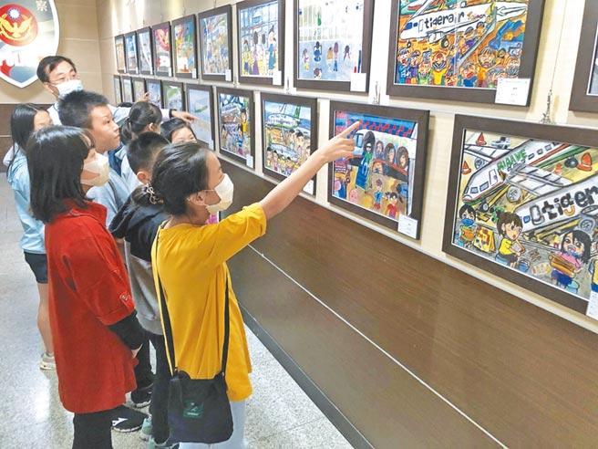 金门航空站举办飞安写生、壁报比赛,邀请小朋友用彩笔挥洒创意。(李金生摄)
