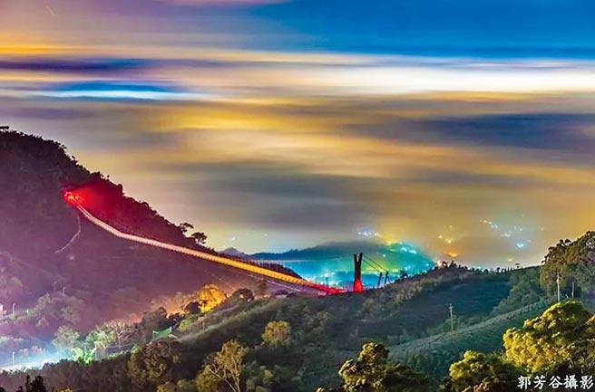 攝影好手郭芳谷在太平雲梯拍攝的琉璃光,相當夢幻。(郭芳谷提供/張亦惠嘉縣傳真)