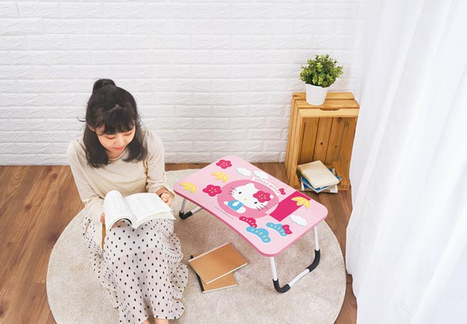 SOGO忠孝館Hello Kitty多功能折疊桌,13日刷國泰世華信用卡單筆滿2000元可兌換。(SOGO提供)